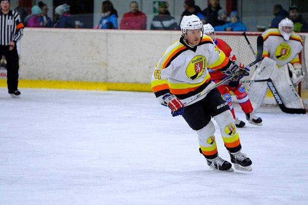 Lídr mužstva na ledě ivkabině, to je hrající trenér Jan Kubišta. Jeho Stadion Nový Bydžov kraluje krajské lize.