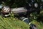 K dramaticky vyhlížející dopravní nehodě došlo v úterý 10. června na silnici mezi Hradcem Králové a Jičínem. Řidič peugeot dostal smyk, přejel do protisměru, narazil do stromu a auto se následně ještě převrátilo na střechu. Šofér vyvázl bez zranění.