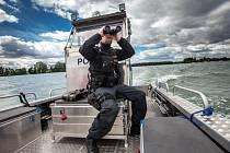Policejní člun na vodní nádrži Rozkoš.