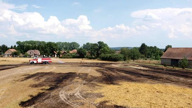 Požár strniště u obce Olešnice na Hradecku.