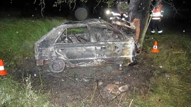 Auto po havárii shořelo.