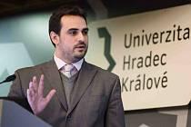 Kamil Kuča při volbě rektora Univerzity Hradec Králové.