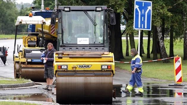 Opravy silnice ve Veverkově ulici v Hradci Králové.