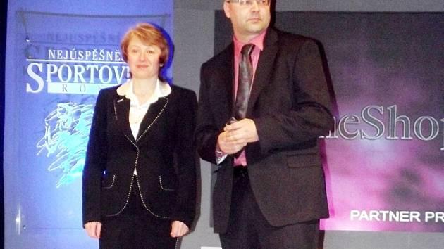 Cenu Fair Play při vyhlášení převzali Jiřina Chládková (FN Hradec Králové) a Martin Zbořil (předseda OFS Hradec Králové).