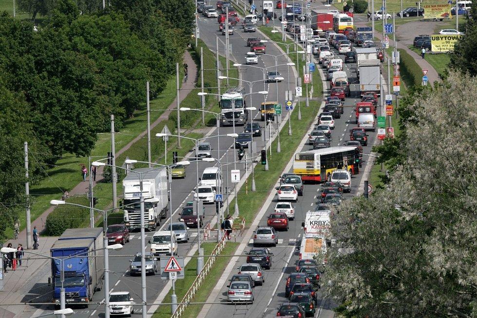 Hustý provoz na silničním okruhu poblíž Fakultní nemocnice Hradec Králové.