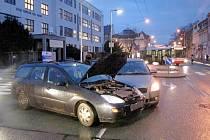 Střet dvou osobních vozidel na Pospíšilově třídě v Hradci Králové.