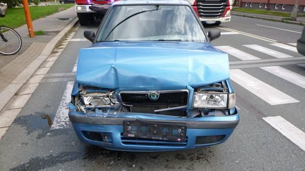Dopravní nehoda tří vozidel v hradecké ulici A. Dvořáka.