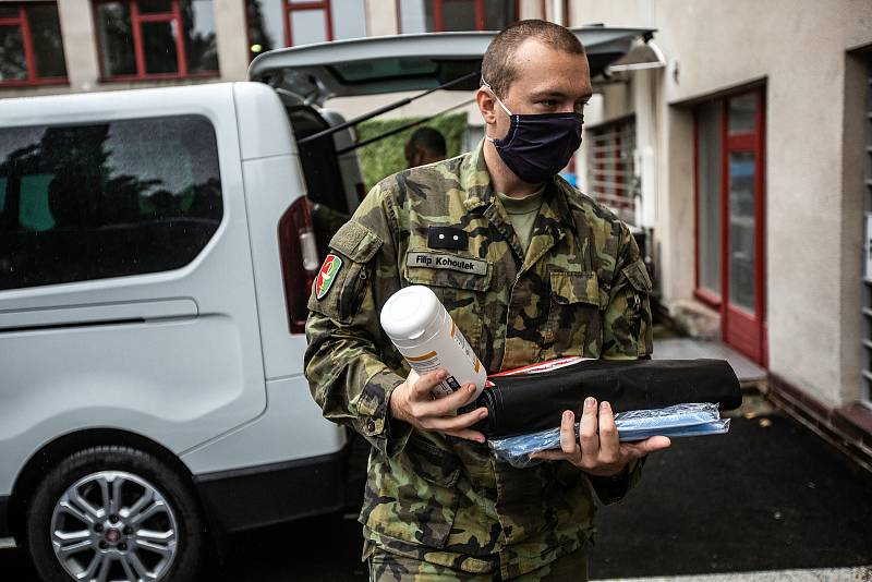Příprava drive-in volebního stanoviště v Hradci Králové