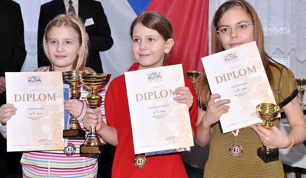 Úspěšní šachisté na MČR mládeže vKoutech nad Desnou. Vlevo Andrea Šolcová.