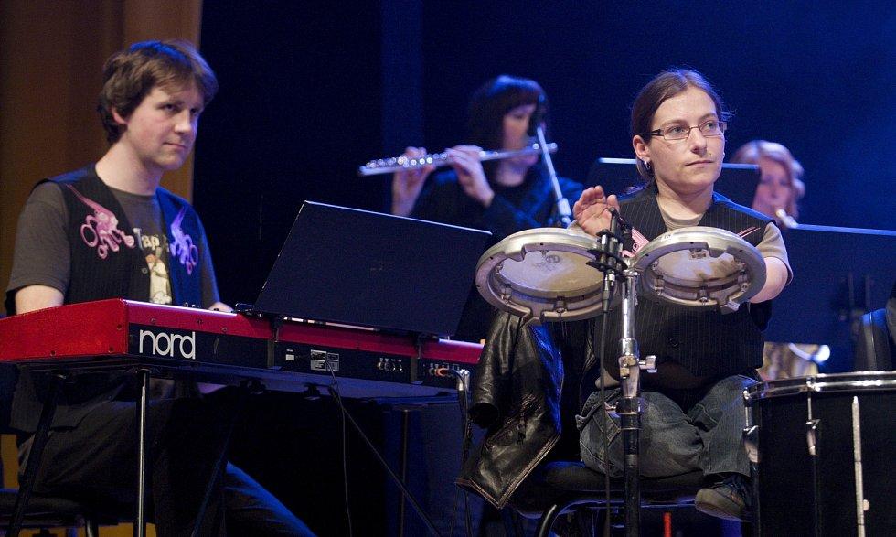 Hudební skupina The Tap Tap složená ze studentů a absolventů Jedličkova ústavu v Praze při vystoupení ve Filharmonii Hradec Králové s hostem Xindlem X.