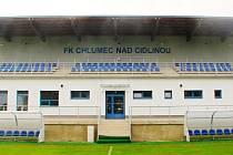 Nová tribuna a kabiny na stadionu fotbalistů FK Chlumec nad Cidlinou.