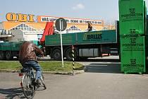 Kudy teď? Když si pro tvárnice k marketu přijede nákladní vůz, mají cyklisté smůlu.