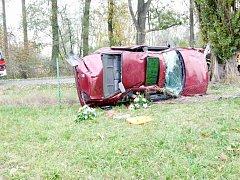 Havárie osobního automobilu na silnici III. třídy mezi Smiřicemi a Černožicemi.