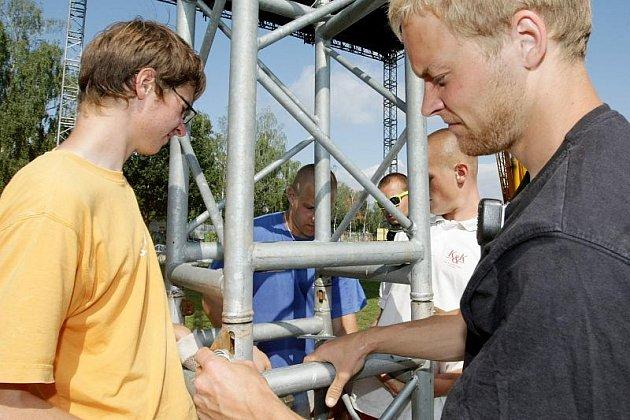 Ve Festivalparku v Hradci Králové 13. srpna začali stavět podia na sobotní festival Summer of love.