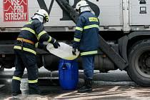 U Stoleté hospody vyteklo na vozovku velké množství ropných produktů