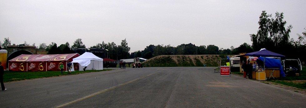 Pro časté návštěvníky festivalů na hradeckém letišti neobvyklý obrázek: Deset hodin po zahájení, a nikde téměř ani noha.