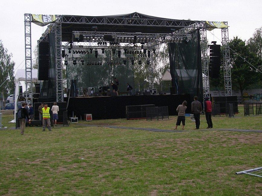 V 19 hodin měl začít první velký koncert. V 19. 45 hodin ale nebylo připraveno ani podium, ani prostor pro diváky.