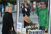 Vepřové maso a pivo požívali na hradeckém Masarykově náměstí odpůrci islamizace.