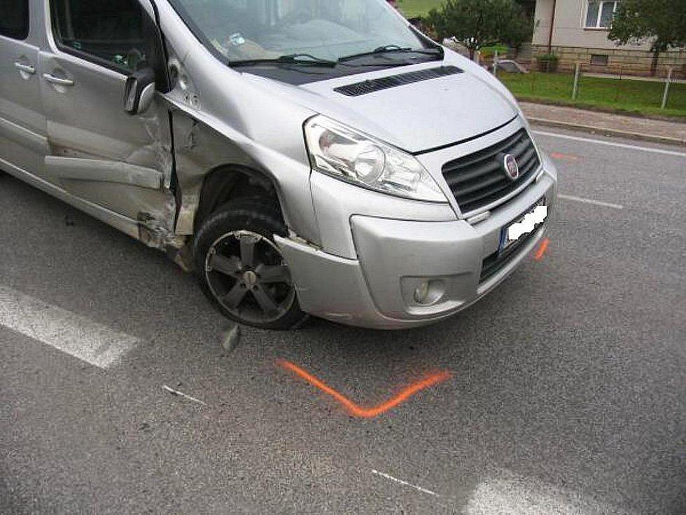 V úterý jel řidič (43) vozidlem Fiat Scudo ve směru od Mladějova na Turnov. V Újezdu pod Troskami odbočoval na křižovatce vlevo a přitom zřejmě nedal přednost v jízdě vozidlu Ford Mondeo, které jelo po hlavní silnici od Jičína, a s ním se střetl.