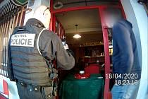 Hlídky hradecké městské policie řešily stížnosti na Moravském Předměstí, kde hned tři provozovny měly problém sdodržováním mimořádných nařízení. Navíc zde byla porušována i vyhláška města zakazující popíjení alkoholu na veřejném prostranství.