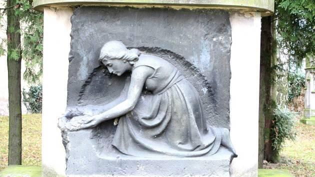 Památník padlým rudoarmějcům s tradičními symboly hvězdy, srpu a kladiva položeném na svázaných snítkách vavřínu a lípy.