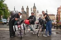 Při zastávce v Hradci Králové na cyklistické pouti od pramene Labe do Hamburku zleva Rudolf Kaltenegger, Willi Schwantner (oba Rak.) a Armin Pippel (Něm.).