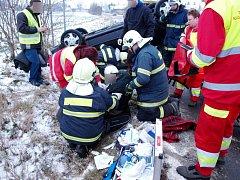 Havárie osobního automobilu mezi chlumeckou částí Kladruby a obcí Lučice.