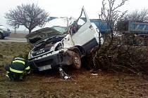Dopravní nehoda tří vozidel u odbočky do Předměřic nad Labem na silnici I/33 z Hradce Králové na Jaroměř.