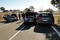Dopravní nehoda tří osobních vozidel u Všestar.