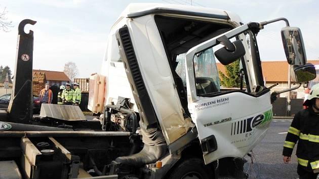Střet dvou nákladních vozidel na silnici I/35 mezi Hradcem Králové a Hořicemi.