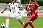 FC Hradec Králové : Dukla Praha. Zleva hradecký Jiří Kaufman a Michal Kolomazník.