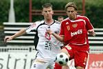 FC Hradec Králové : Dukla Praha. Zleva hradecký Jiří Vít a Michal Kolomazník.