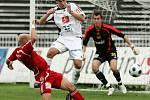 FC Hradec Králové : Dukla Praha. Zleva Patrik Gedeon, hradecký Pavel Černý a brankář Martin Svoboda.