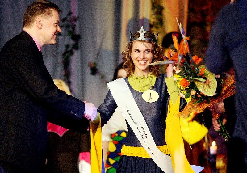 Dvanáct krásných dívek z různých koutů východních Čech se 20. dubna v hradeckém Adalbertinu utkalo o titul Tvář královského věnného města.