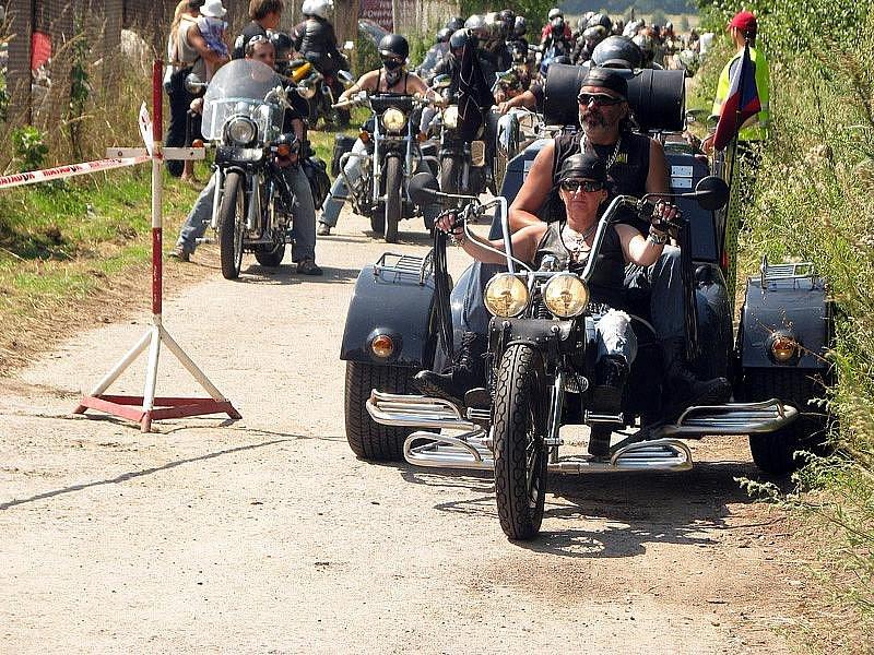 Víkendový sraz motorkářů v Chlumci nad Cidlinou.