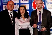 Zvláštní cenu KFS Královéhradecka, jejímž partnerem byla i pojišťovna Kooperativa (uprostřed Monika Hradecká), získal OFS Hradec (vlevo Vladan Haleš, vpravo Martin Zbořil) za organizaci Dne partnerů a výrazný příspěvek Dětské onkologii hradecké nemocnice.