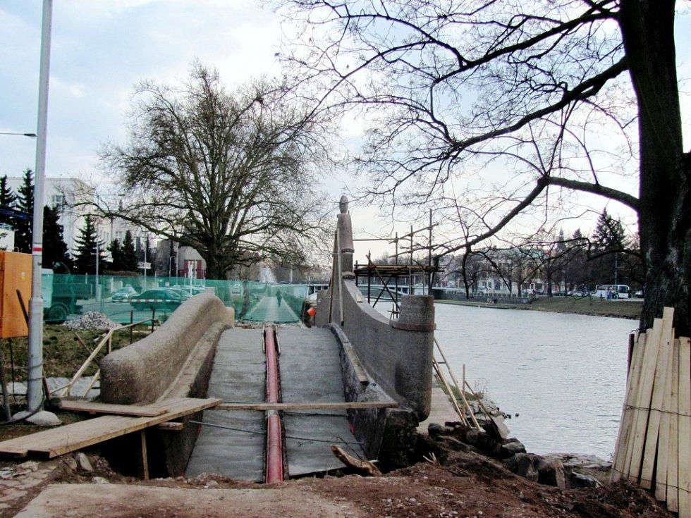 Stavební práce na historickém mostku poblíž městských lázní v Hradci Králové.