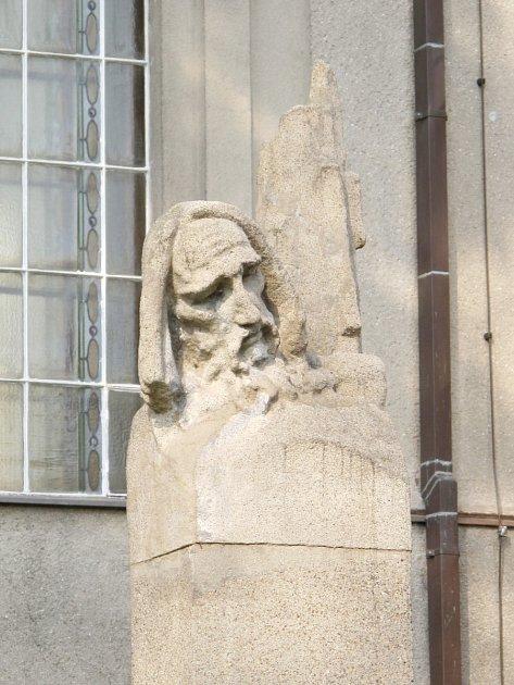 Autorem hlavy Mistra Jana Husa vNezvalově ulici je sochař František Fabiánek.