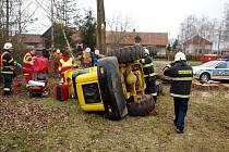 Převrhnutí nakladače technických služeb v obci Skochovice.