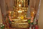 Red Shirts v Bangkoku: socha buddhy na Zlatém návrší.