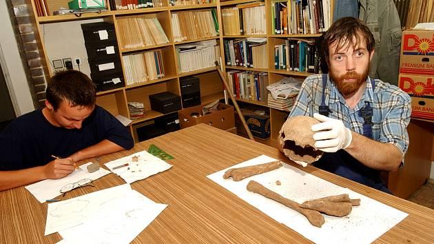 ZÁHADNÁ LEBKA A KOSTI. Archeolog Muzea východních Čech Radek Bláha ukazuje lebku, zřejmě z 11. až 15.  století, kterou nedávno našli při  archeologickém výzkumu Gočárovy třídy.