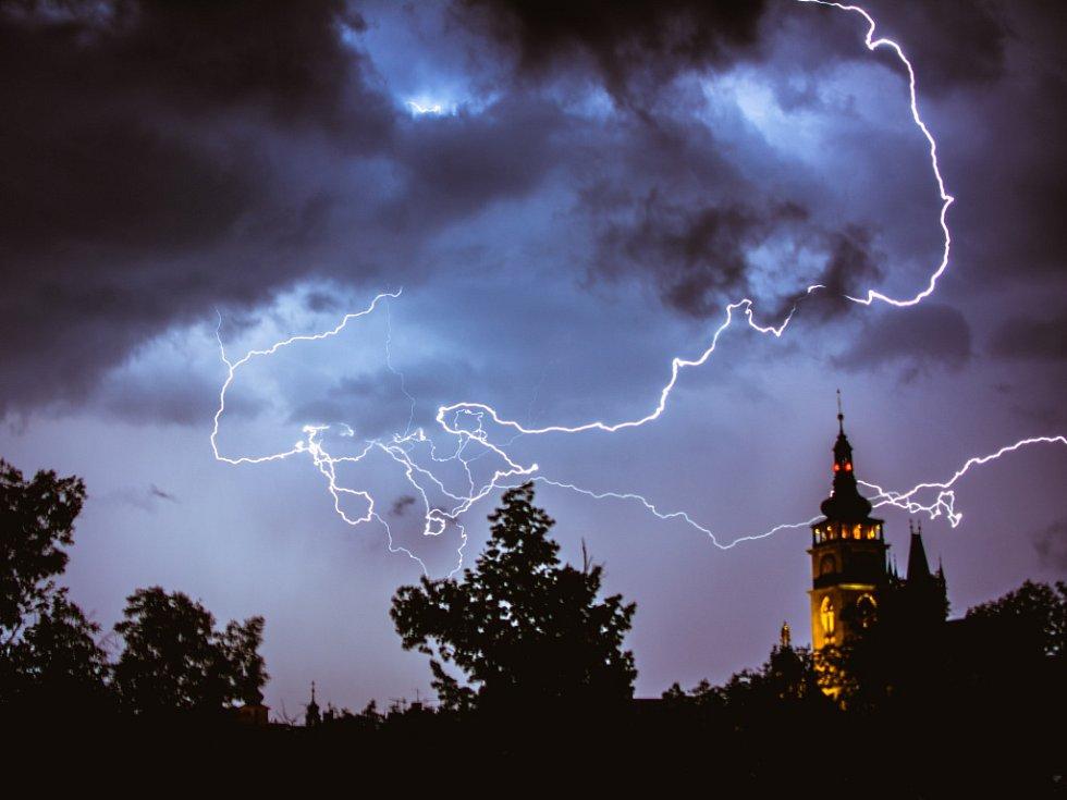 Noční bouře nad Hradcem Králové.