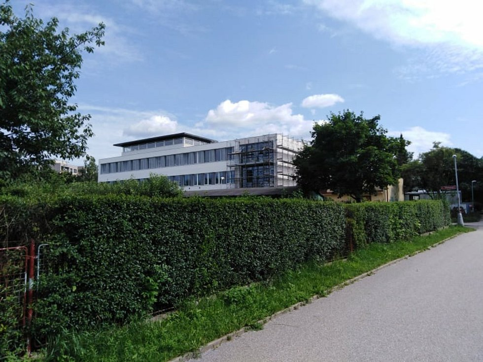 Prostory ZŠ budou bezbariérové, s mnoha zákoutími pro žáky, odbornými učebnami, multifunkčním sálem a knihovnou se studovnou.