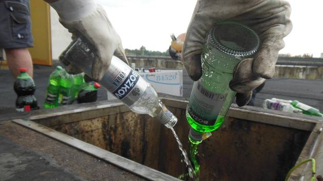 Celníci zlikvidovali nelegální alkohol.