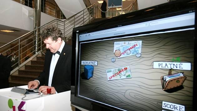 Interaktivní výstava České národní banky v budově hradecké univerzity. Zachycen Josef Hynek.