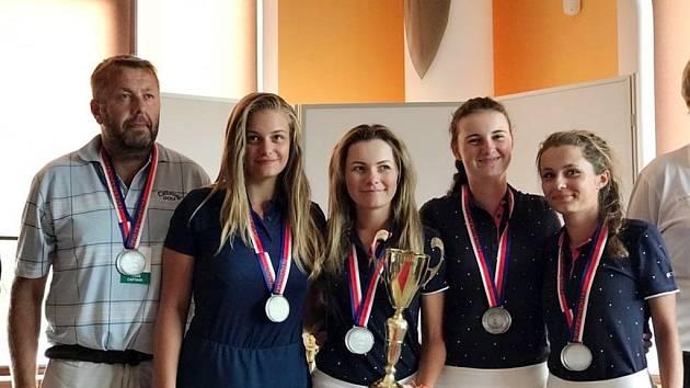 Družstvo dorostenek ve složení (zleva) Bohumír Šafařík (kapitán), Kateřina Donátová, Dominika Burdová a Tereza Plachá získalo na MČR stříbrné medaile.