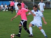 V duelu I. A třídy Lokomotivy Hradec Králové se Slovanem Broumov napadá kapitán hostujícího týmu Ondřej Gago domácího záložníka Arnolda Barcice.