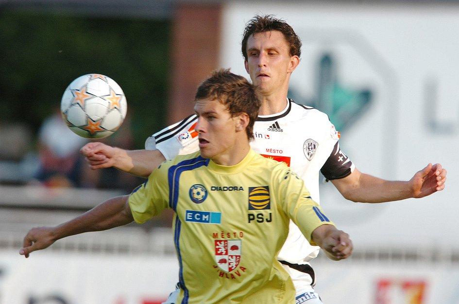 Kapitán hradeckých fotbalistů Radim Wozniak (v bíločerném dresu)