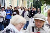 Desítky lidí v pondělí čekaly ve frontě před obchodním oddělením Klicperova divadla, kde dopoledne začal předprodej vstupenek na letošní ročník festivalu Divadlo evropských regionů.