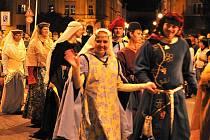 Ohňový průvod městem zahájil Slavnosti královny Elišky (pátek 3. září 2010).